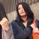 ママ友2人組の美熟女ナンパ!シロウト人妻ナンパして中出し不倫!