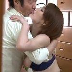寝取られ!! ドアの隙間から覗き見ると巨乳な美人嫁が他の男と抱き合い・・・不倫セックス!